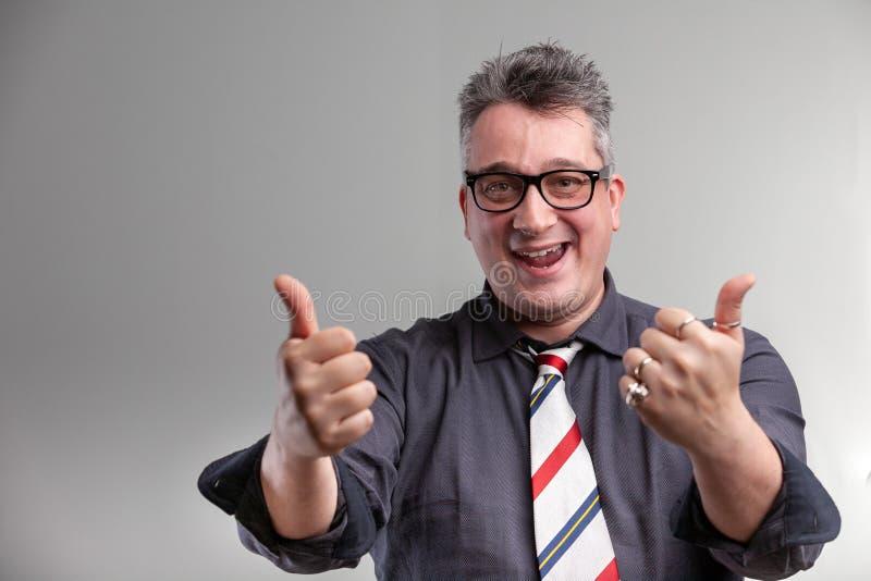 Exultant давать бизнесмена двойные большие пальцы руки вверх стоковые фото