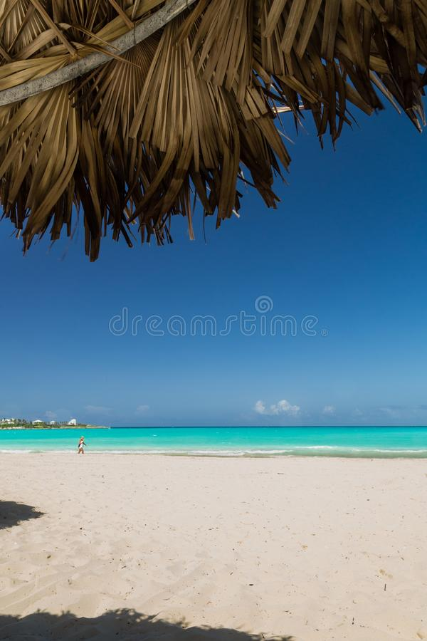 Exuma, Μπαχάμες σκηνή παραλιών που εξετάζει έξω από ένα palapa το μπλε στοκ εικόνες