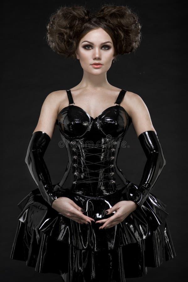 Exy迷信乳汁礼服和链子的妇女浅黑肤色的男人 免版税图库摄影