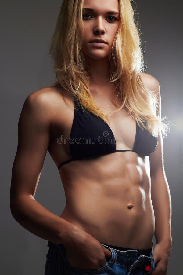 Exy mooi atletisch meisje in jeansborrels spiergeschiktheids jonge vrouw stock foto