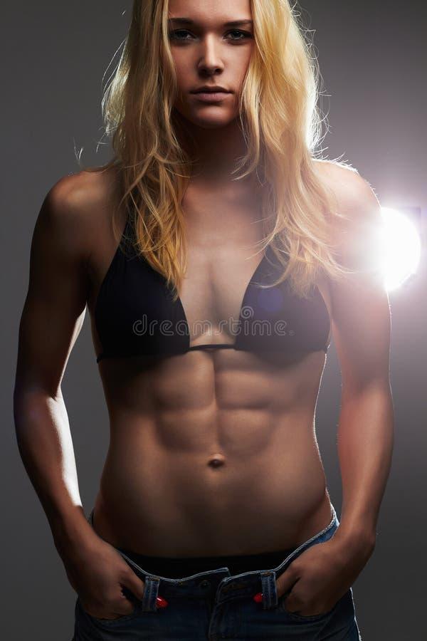 Exy mooi atletisch meisje in jeansborrels spiergeschiktheids jonge vrouw royalty-vrije stock afbeelding