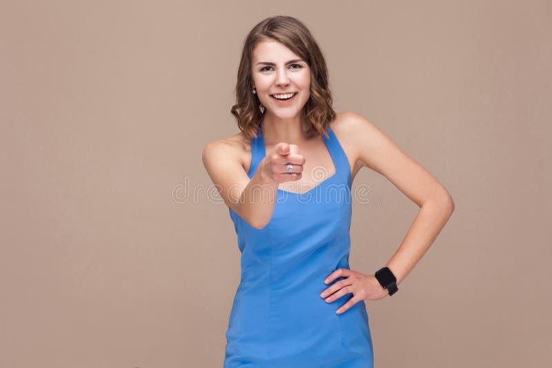 Ey usted Mujer de negocios de la felicidad que señala el finger en la cámara y imágenes de archivo libres de regalías