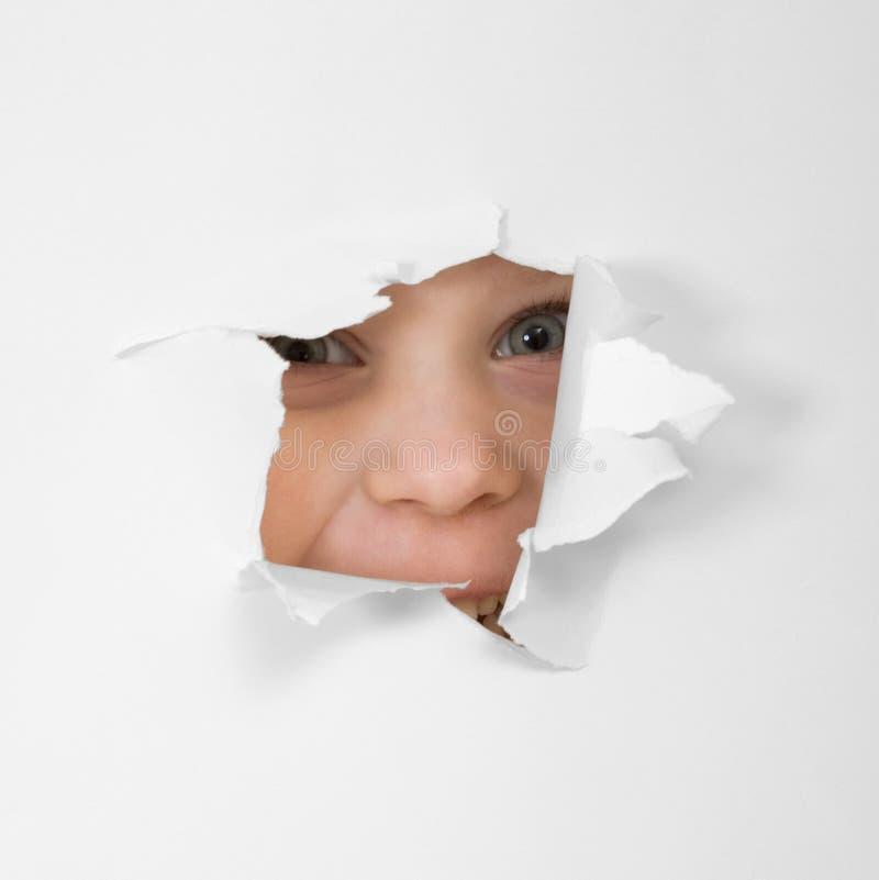 eye hålet som ser det paper arket fotografering för bildbyråer
