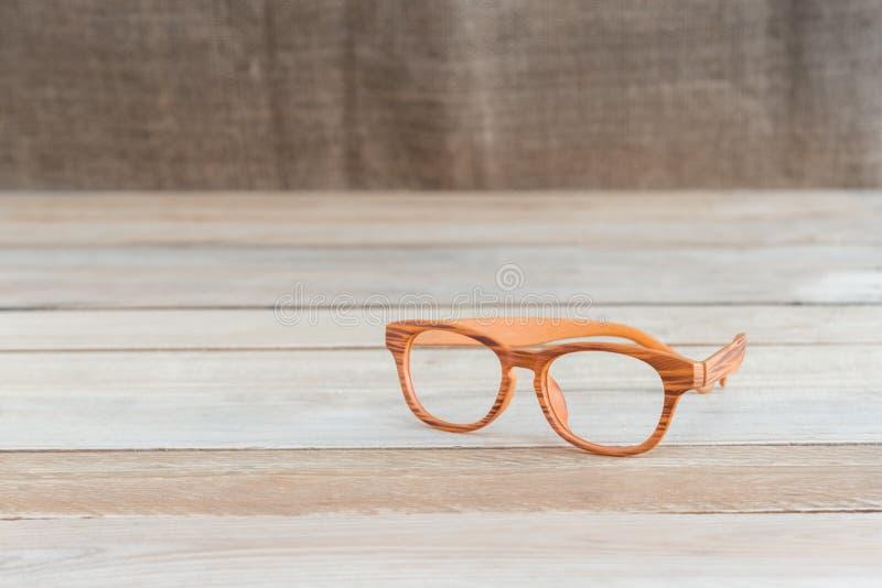 Eyeglass на деревянной таблице стоковые изображения rf