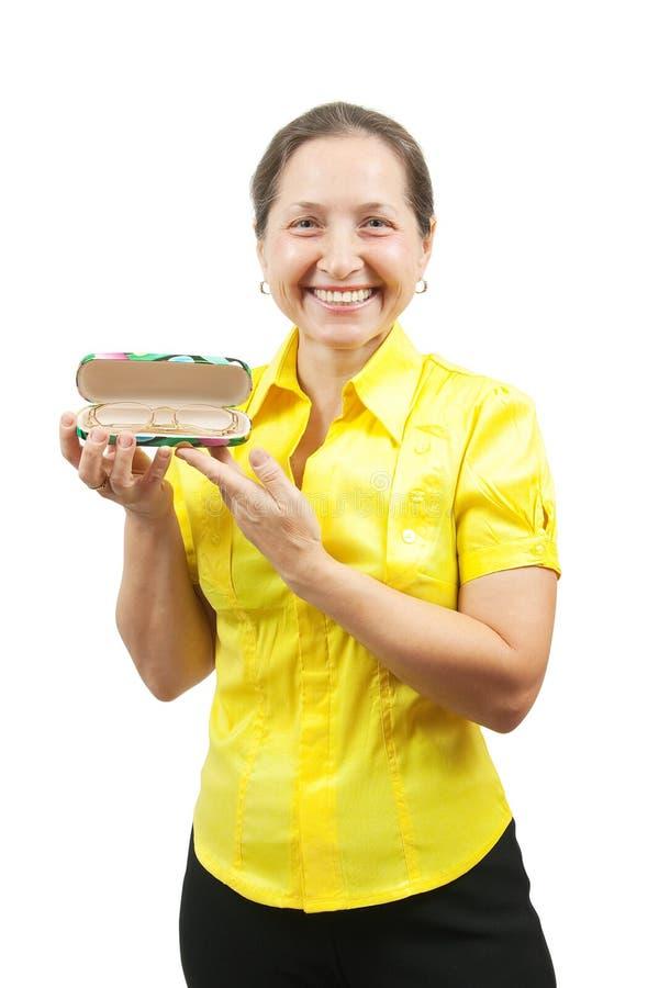 eyeglass случая держит возмужалую женщину стоковое изображение