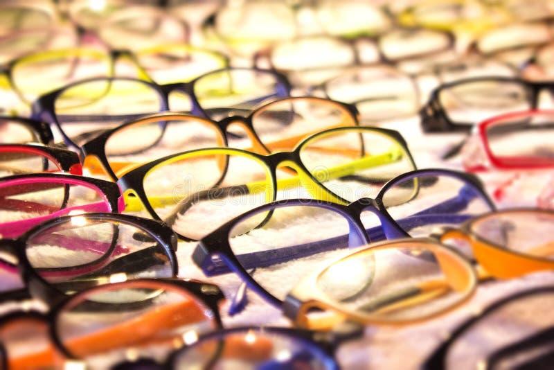 Eyeglass asortyment dla recepty sprzedawał przy okulistą lub apteką blisko ciebie Rozmaitość kolory i style nadawać się twój potr zdjęcia stock