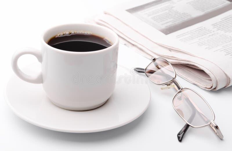 Eyeglass e jornal imagens de stock
