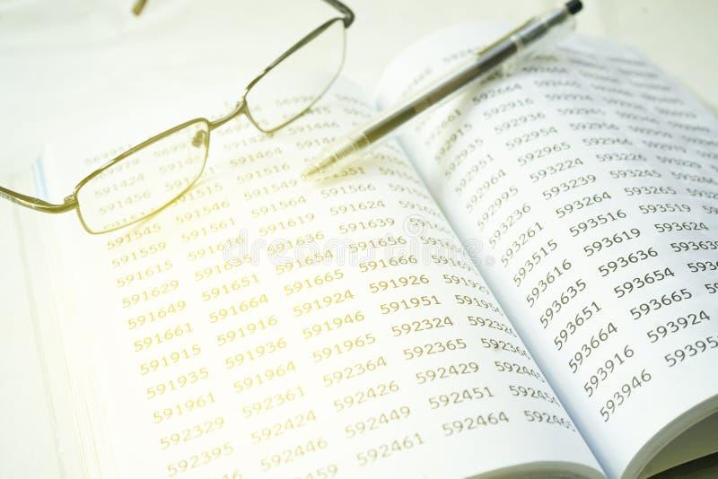eyeglass i pióro na pustym notepad pieniężny pojęcie, selekcyjna ostrość zdjęcie stock