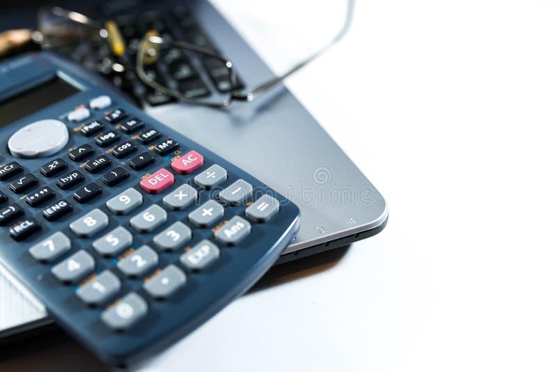 Eyeglass, ołówek, kalkulator na laptop klawiaturze, biznesowy tło wizerunek, obrazy stock