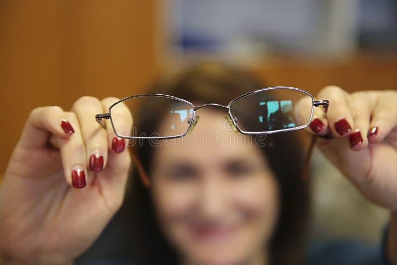 Eyeglasses λαβής χεριών γυναικών στοκ φωτογραφίες με δικαίωμα ελεύθερης χρήσης
