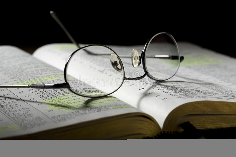 eyeglasses Βίβλων ανοικτά στοκ φωτογραφία με δικαίωμα ελεύθερης χρήσης