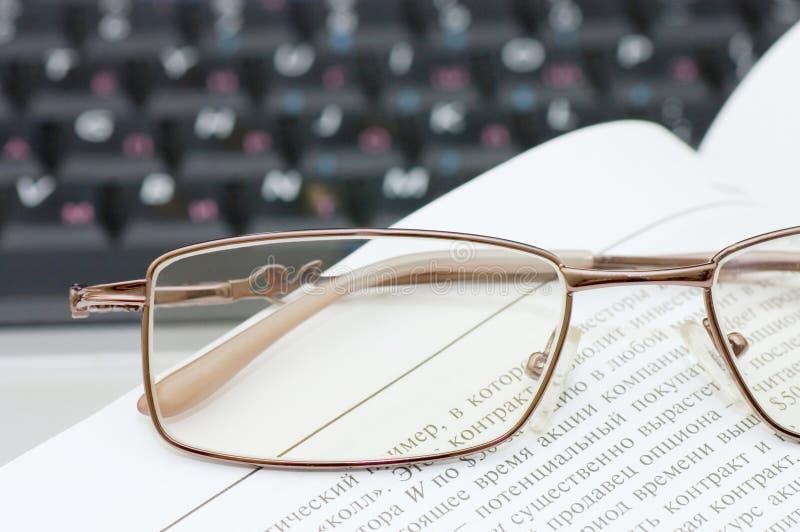 eyeglasses βιβλίων lap-top στοκ εικόνες