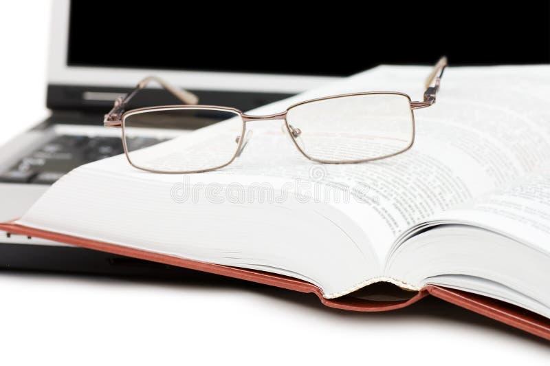 eyeglasses βιβλίων lap-top στοκ εικόνα με δικαίωμα ελεύθερης χρήσης