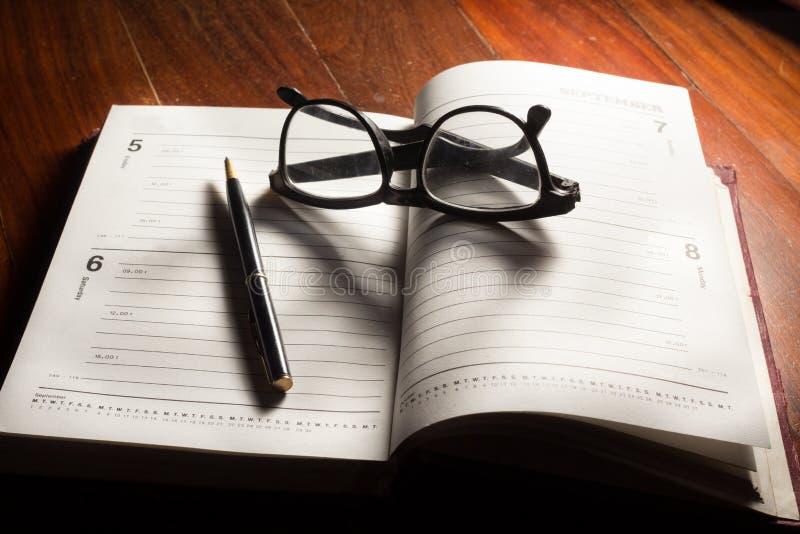 Eyeglasses και μάνδρα στο βιβλίο σχεδίων στοκ φωτογραφίες με δικαίωμα ελεύθερης χρήσης