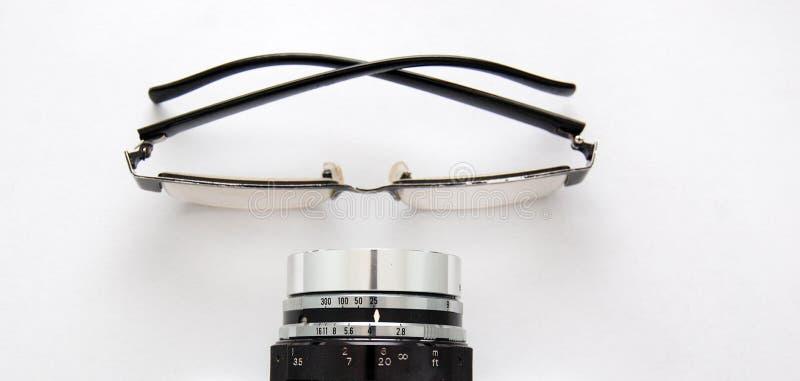 Eyeglasses и винтажный объектив фотоаппарата стоковая фотография rf