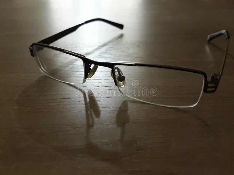 Eyeglasses на деревянном столе стоковые изображения rf
