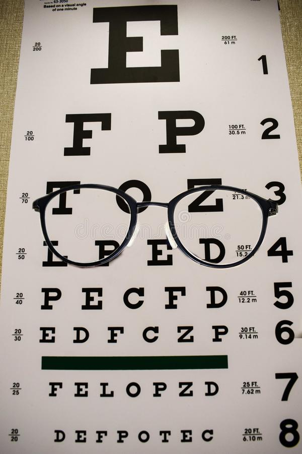Eyeglasses на диаграмме экзамена чтения стоковые фото