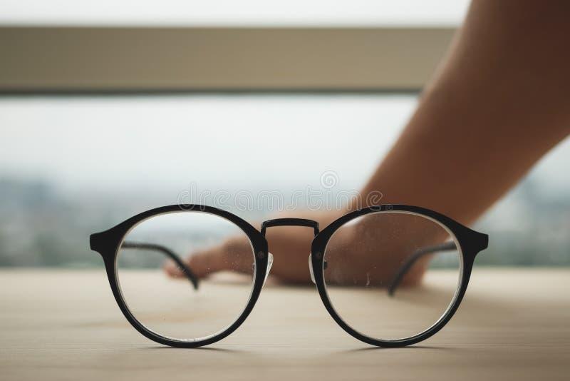 Eyeglasses на деревянном столе стоковые фотографии rf