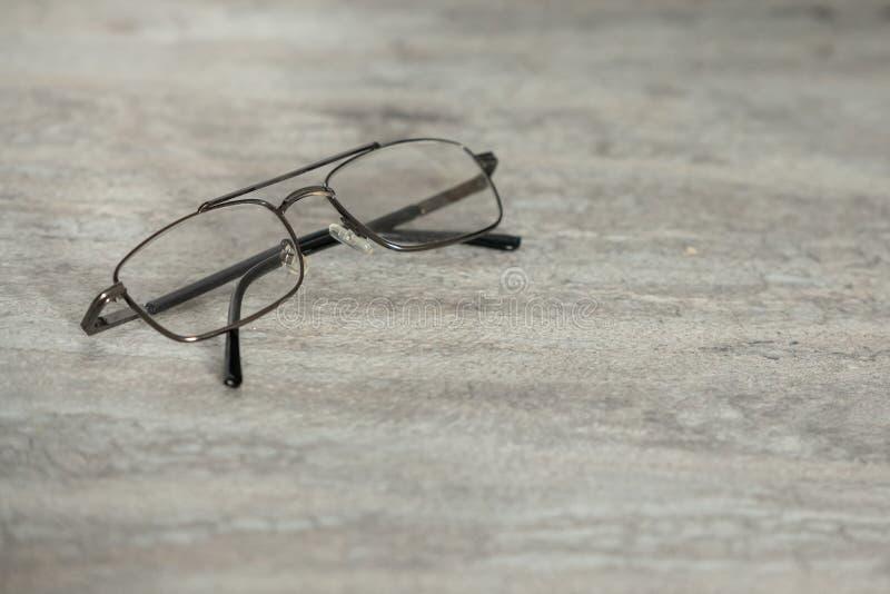 Eyeglasses на черно-белых мраморных предпосылке текстуры таблицы, космосе экземпляра и стиле знамени для текста стоковые изображения rf