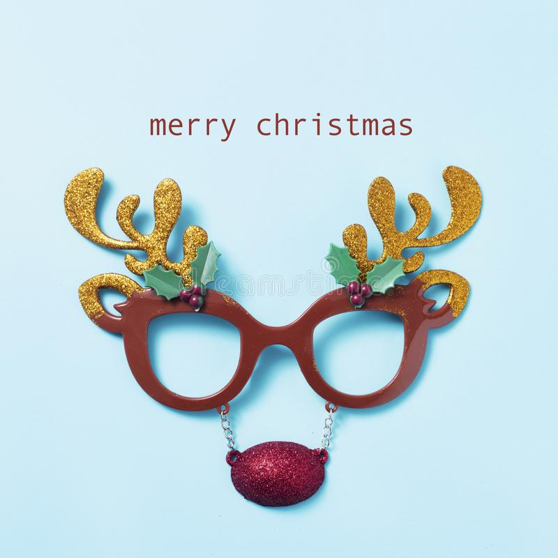 Eyeglasses северного оленя и рождество текста веселое стоковые изображения