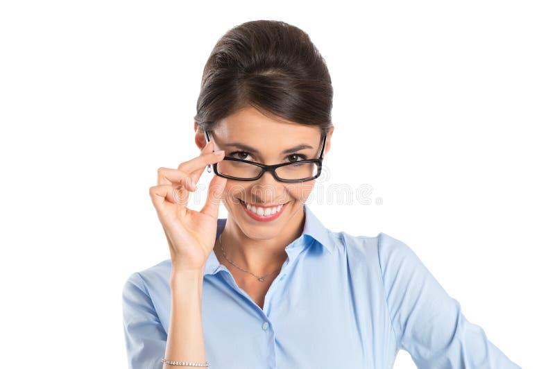 Eyeglasses счастливой коммерсантки нося стоковые изображения rf