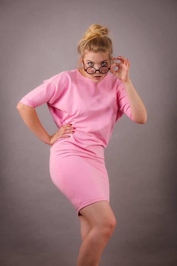 Eyeglasses элегантной женщины нося стоковые фото