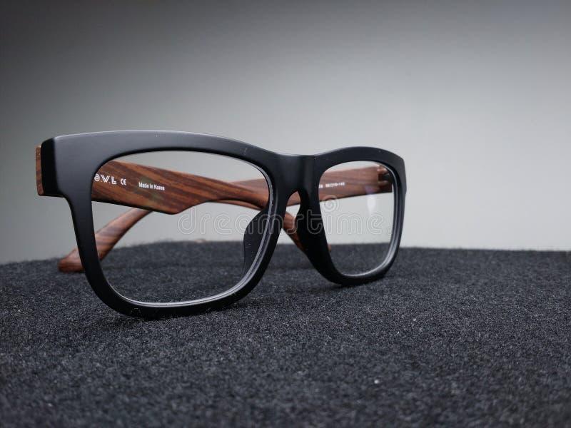 Eyeglasses на темной предпосылке