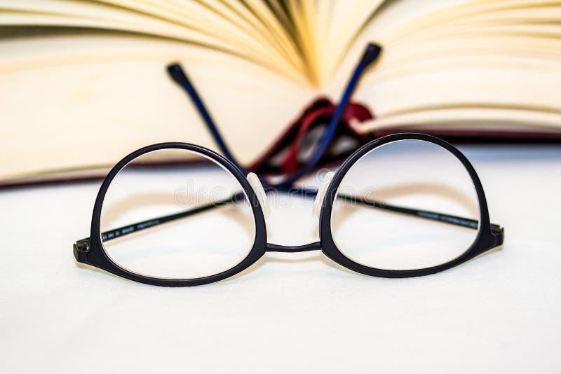 Eyeglasses με το βιβλίο