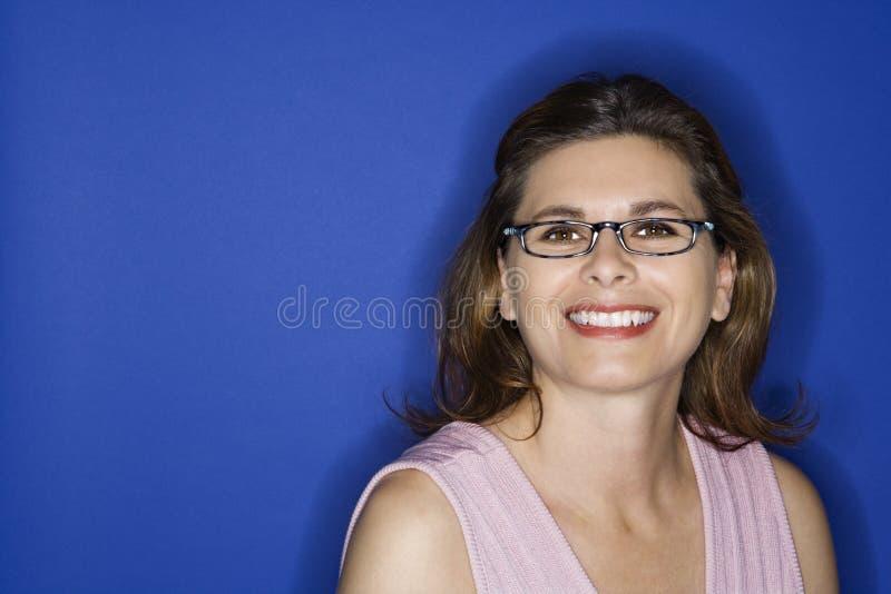 Eyeglasses desgastando da mulher. imagens de stock royalty free