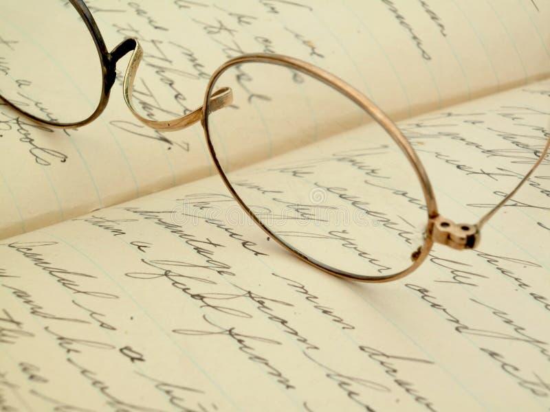 Eyeglasses do vintage em um diário escrito à mão fotografia de stock royalty free