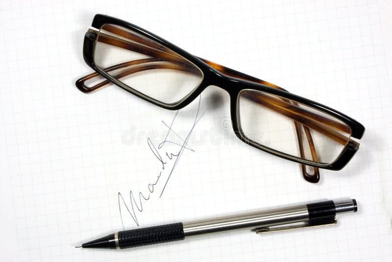 Eyeglasses e pena imagem de stock royalty free