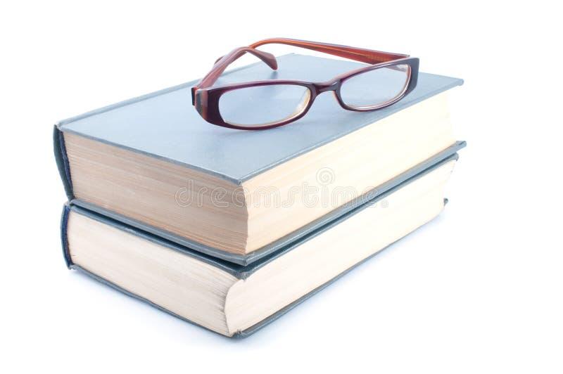 Eyeglasses em livros imagem de stock royalty free