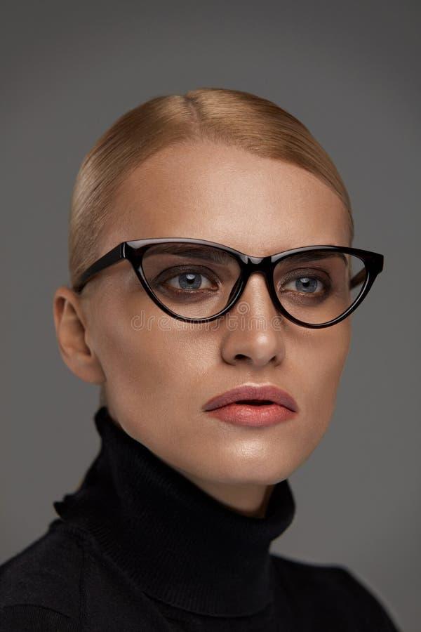 Eyeglasses fêmeas Mulher bonita nos vidros, Eyewear fotografia de stock