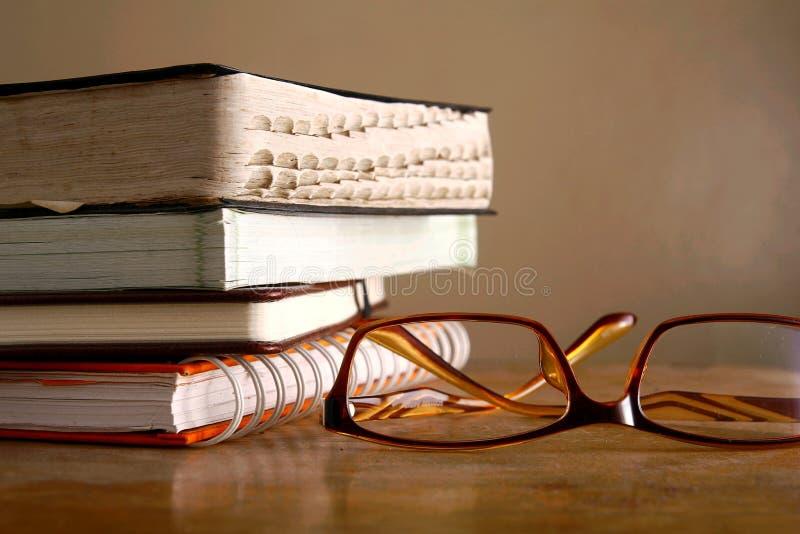 Eyeglasses i stos książki zdjęcia royalty free