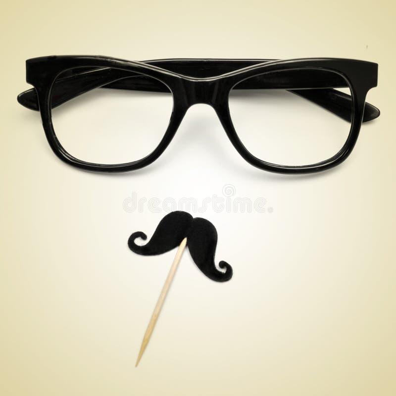 Eyeglasses i wąs jako modnisia facet z retro skutkiem, obrazy stock