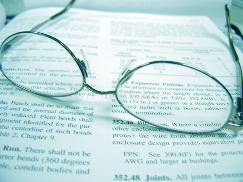 Eyeglasses no livro fotos de stock royalty free