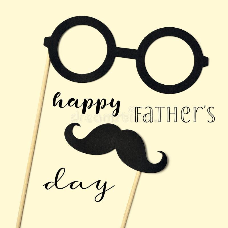 Eyeglasses, wąsy i teksta ojców szczęśliwy dzień, obrazy stock