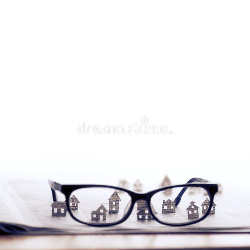 Eyeglasses z papierowymi domami fotografia stock