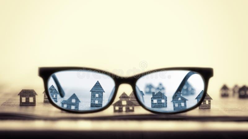 Eyeglasses z papierowymi domami obrazy stock