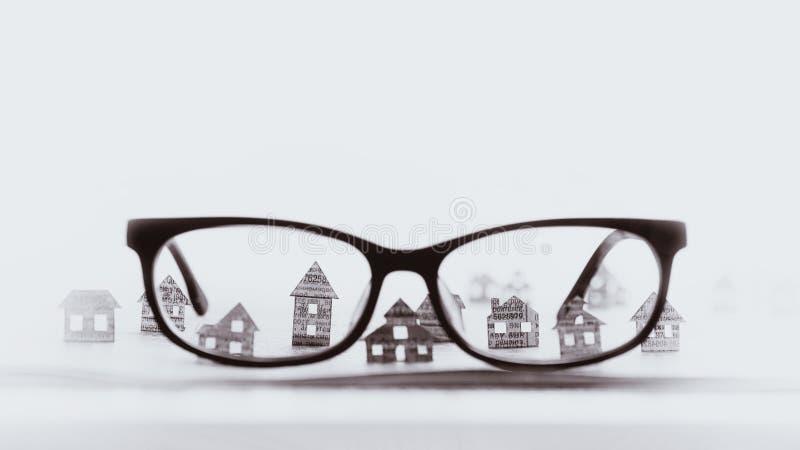 Eyeglasses z papierowymi domami, czarny i biały fotografia royalty free