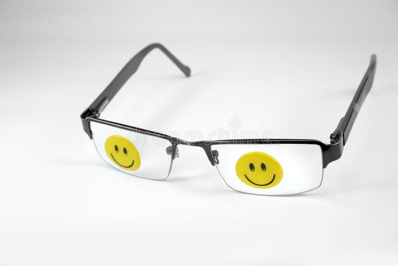 Eyeglasses z szczęśliwymi smiley twarzami odizolowywać na białym tle fotografia royalty free