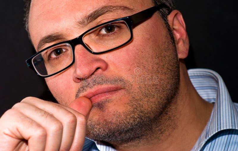 Eyeglasss de port d'homme caucasien barbu songeur photos libres de droits