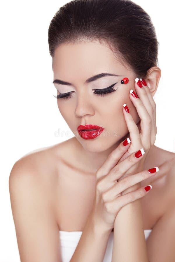 Eyeliner. Skönhetflicka. Ögonmakeup. Manikyr och röda kanter. Fashio arkivfoto
