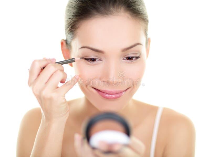 Eyelineraugenmake-upschönheitspflegefrau - asiatisches Mädchen lizenzfreie stockbilder
