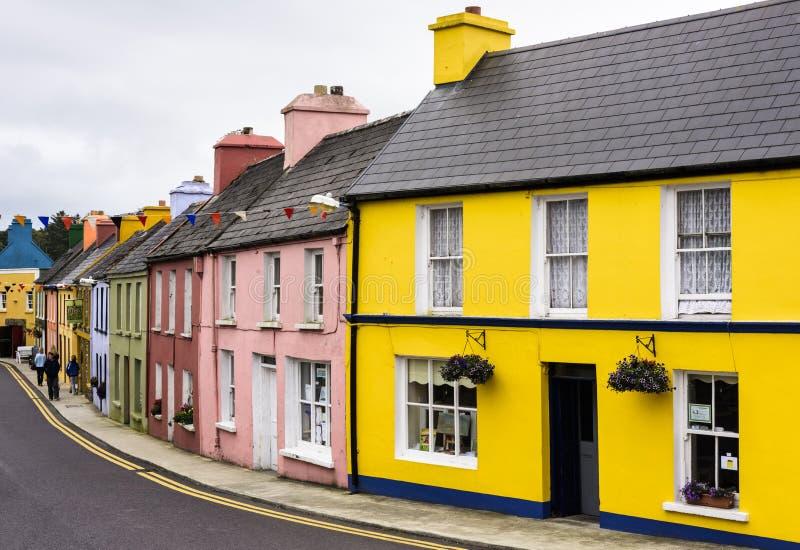 EYERIES, IRLANDA - 14 DE AGOSTO DE 2018: Estrada principal com linha colorida da casa fotografia de stock