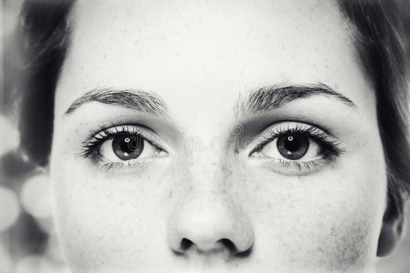 Eyes o retrato bonito novo feliz do estúdio da sarda da mulher com pele saudável imagens de stock