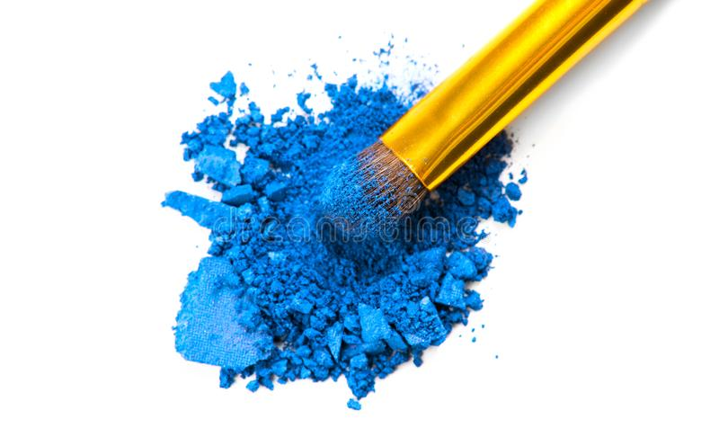 Eyeshadow Make-up Crushed Professional - Blauer Augenschatten und Makeup-Pinselnähe Professioneller Augenschatten lizenzfreie stockfotografie