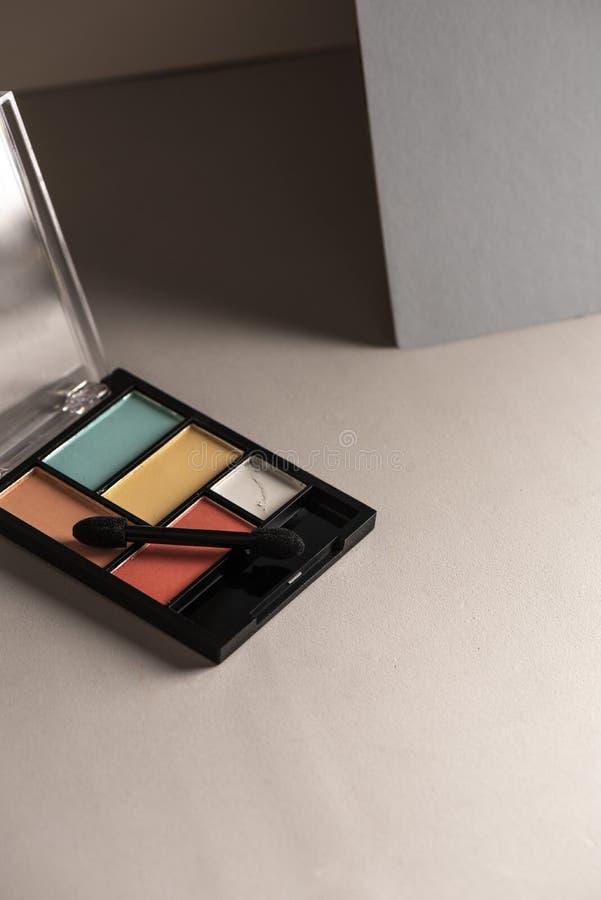 Eyeshadow set, rose pastel et bleu clair sur fond gris image libre de droits
