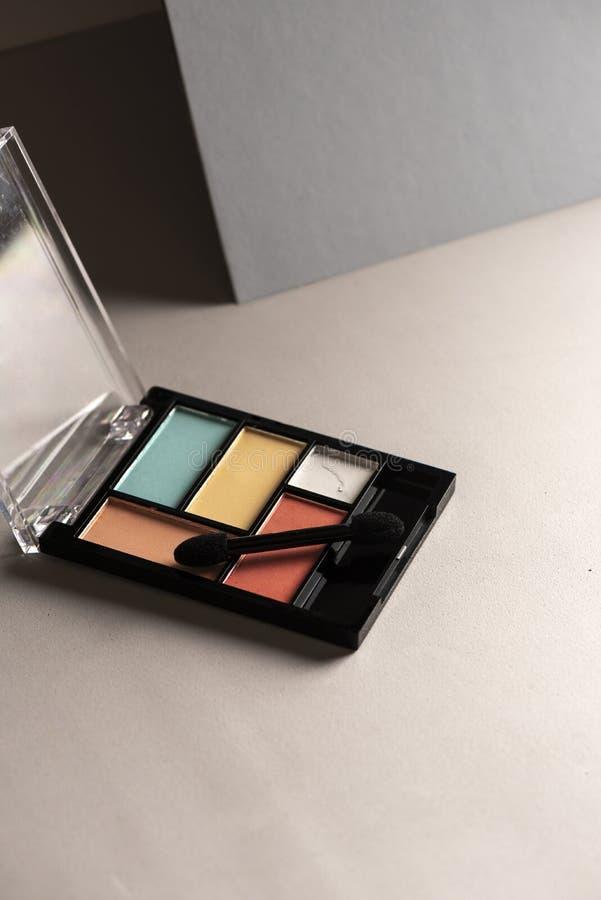 Eyeshadow set, rose pastel et bleu clair sur fond gris photos stock