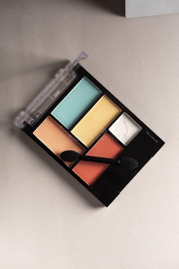 Eyeshadow set, rose pastel et bleu clair sur fond gris images stock